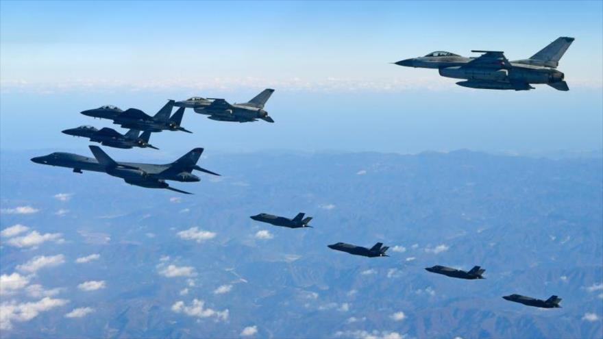 Un bombardero B-1B Lancer de la Fuerza Aérea de EE.UU. (centro), junto a dos aviones F-35A y dos F-35B sobrevuelan Corea del Sur. (Foto: AFP)