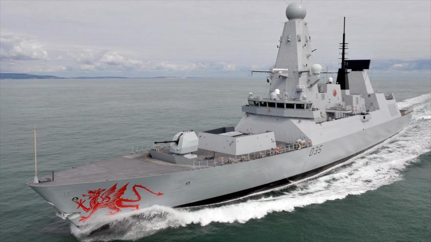 Un destructor HMS Dragon de la Marina Real británica en el canal de la Mancha.