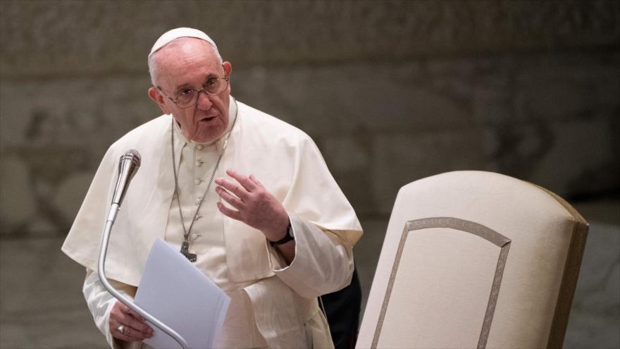 El papa Francisco habla durante una audiencia privada con miembros de la Policía italiana en el Vaticano, 28 de septiembre de 2020. (Foto: AFP)