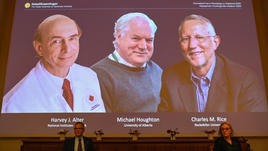 Una pantalla muestra a los ganadores del Premio Nobel de Fisiología o Medicina 2020, en Estocolmo (Suecia), 5 de octubre de 2020. (Foto: AFP)