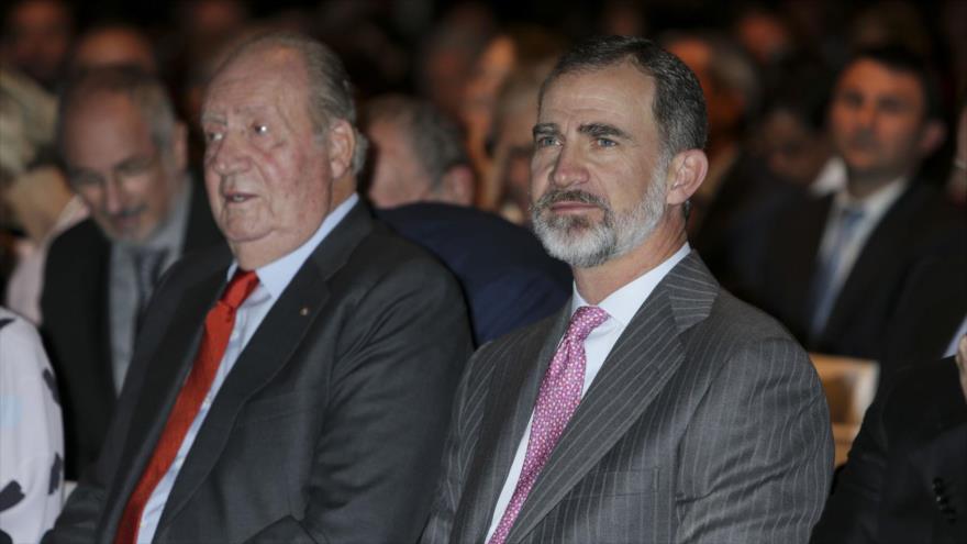 El rey de España, Felipe VI, junto a su padre el rey emérito Juan Carlos I, en un acto celebrado en Madrid, 22 de mayo de 2018.