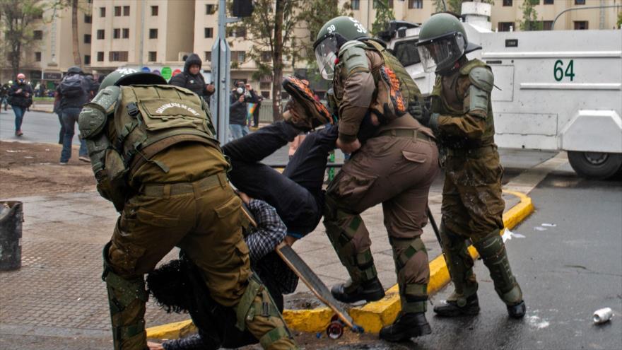La Policía chilena arresta a un manifestante durante una protesta en Santiago, la capital, 25 de septiembre de 2020. (Foto: AFP)