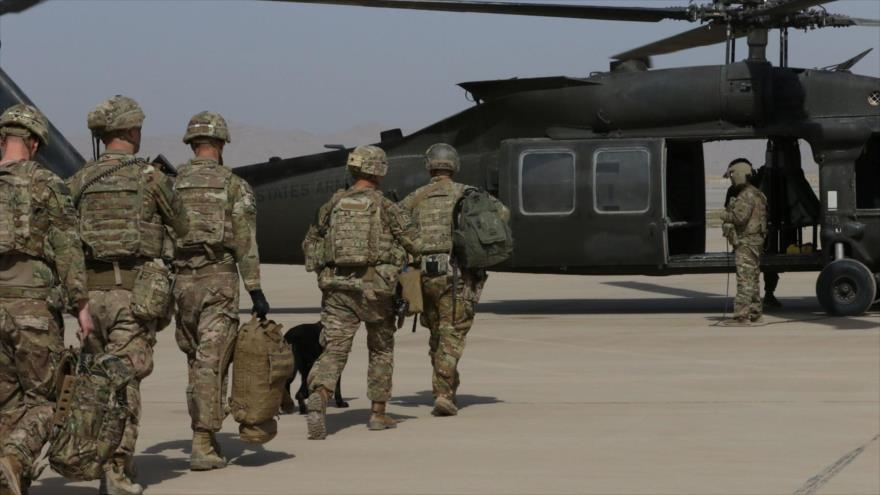 Un helicóptero Blackhawk del Ejército de EE.UU. proporciona transporte aéreo para los efectivos en Afganistán, 18 de marzo de 2019.