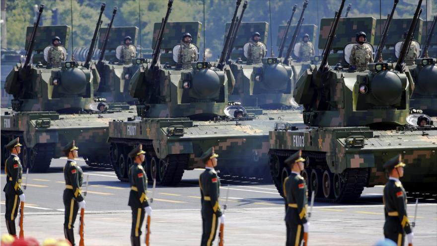 Soldados y vehículos blindados del Ejército de China en un desfile militar en Beijing. (Foto: Reuters)