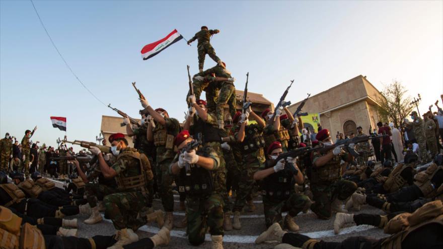 Las Unidades de Movilización Popular (Al-Hashad Al-Shabi, en árabe) en un desfile militar en Basora, Irak, 14 de junio de 2020. (Foto: AFP)