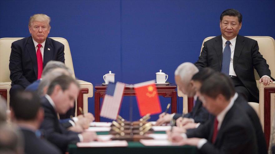 El presidente de EE.UU., Donald Trump (izda.), y su par chino, Xi Jinping, en una reunión en Pekín, 9 de noviembre de 2017. (Foto: AFP)