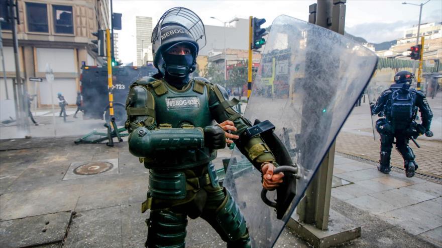 Un policía colombiano durante las protestas contra la brutalidad policial en Bogotá, 21 de septiembre de 2020. (Foto: AFP)