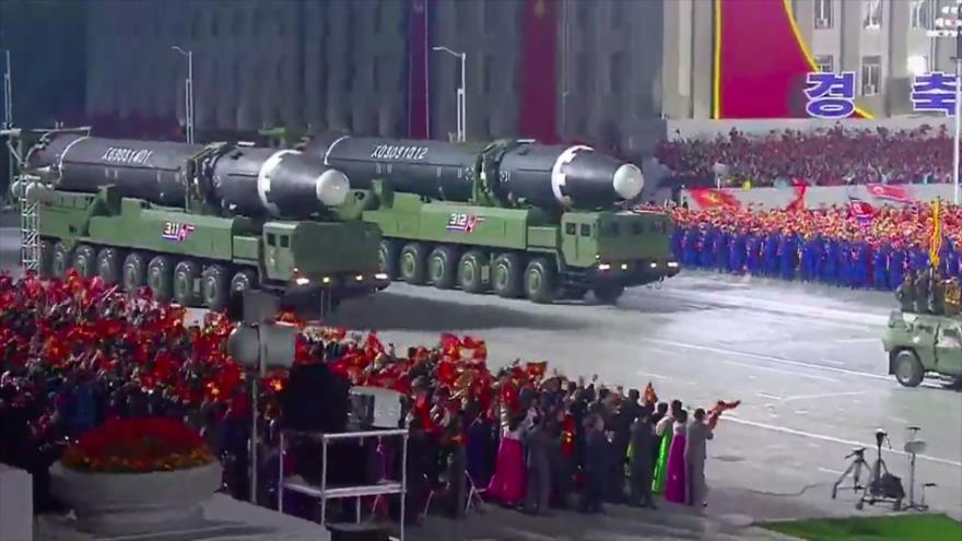Misiles balísticos intercontinentales de Corea del Norte presentados en un desfile militar en Pyongyang, la capital, 10 de octubre de 2020. (Foto: AFP)