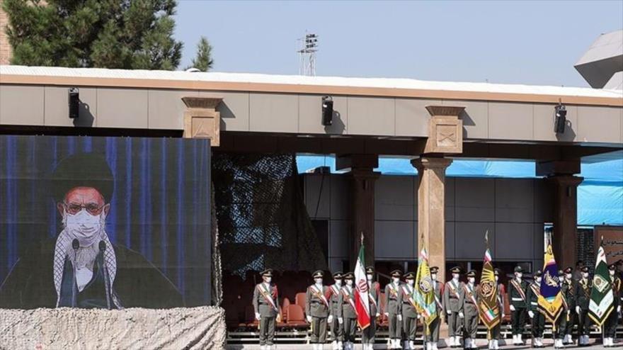 El Líder de la Revolución Islámica de Irán, el ayatolá Seyed Ali Jamenei, interviene por videoconferencia en la ceremonia de graduación para cadetes.