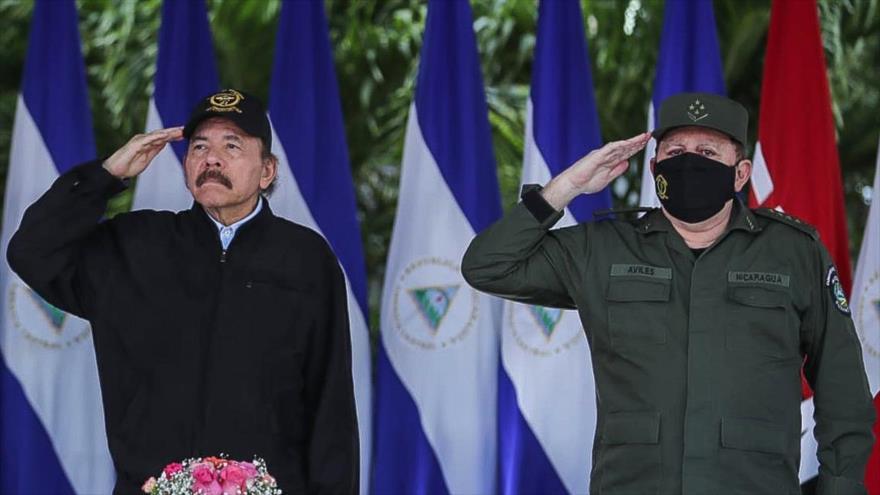 El presidente de Nicaragua, Daniel Ortega (izda.), y el jefe del Ejército, Julio César Avilés, durante un acto en Managua, 2 de septiembre de 2020. (Foto: AFP)