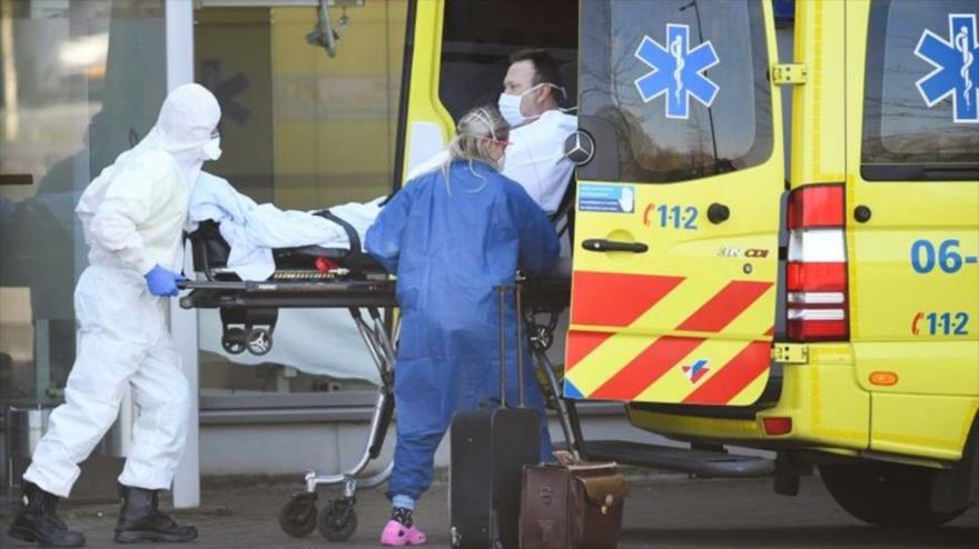 Trabajadores de la salud neerlandeses trasladan a un paciente contagiado con el coronavirus al hospital de Bernhoven, en Uden, 25 de marzo de 2020. (Foto: Reuters)