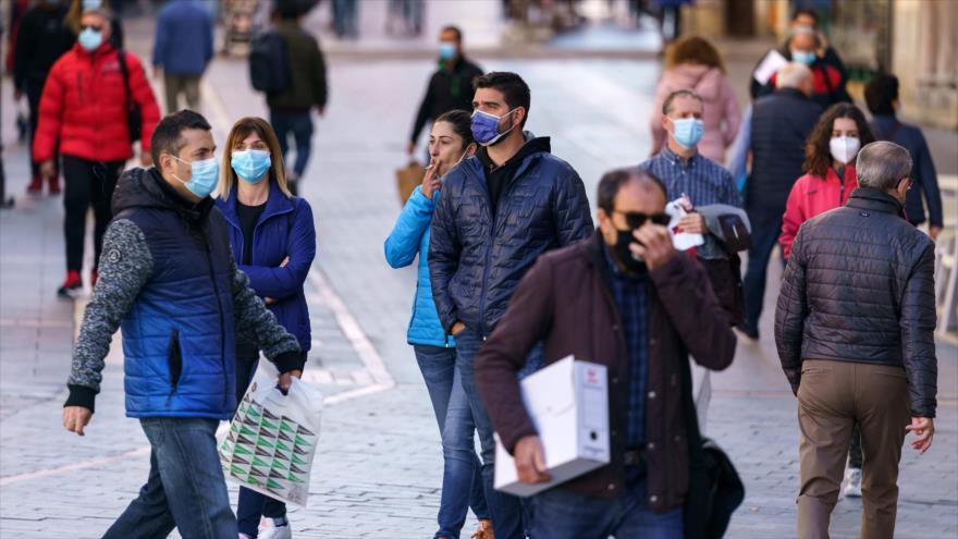 La gente lleva mascarillas en la ciudad de León, en el norte de España, para protegerse de la COVID-19, 7 de octubre de 2020. (Foto: AFP)