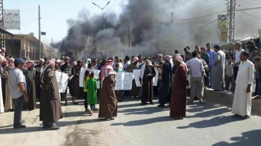 Los sirios protestan contra EE.UU. y sus aliados, las llamadas Fuerzas Democráticas Sirias (FDS), en la ciudad de Al-Shadadi, provincia de Al-Hasaka.