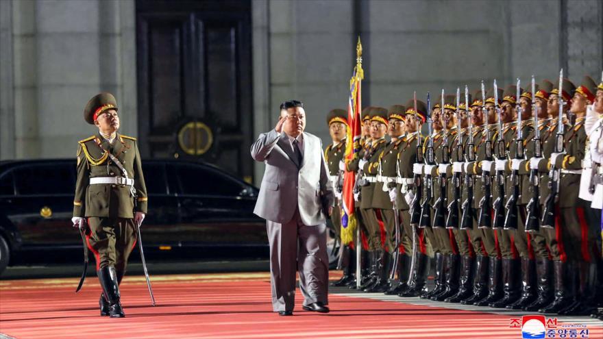 El líder norcoreano, Kim Jong-un (C), inspeccionando a la guardia ceremonial durante el desfile militar en Pyongyang, la capital, 11 de octubre de 2020. (Foto: KCNA)