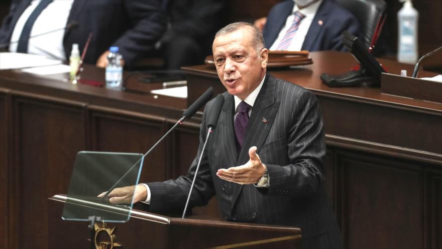 El presidente turco, Recep Tayyip Erdogan, habla en la reunión del grupo parlamentario de su partido AKP, Ankara, 14 de octubre de 2020. (Foto: AFP)