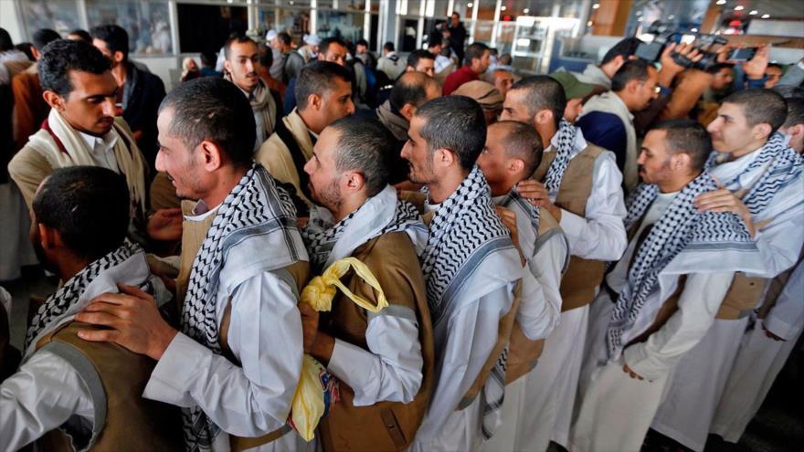 Prisioneros yemeníes llegan al aeropuerto de Saná, la capital, tras un canje de cautivos con Arabia Saudí, 8 de noviembre de 2019.