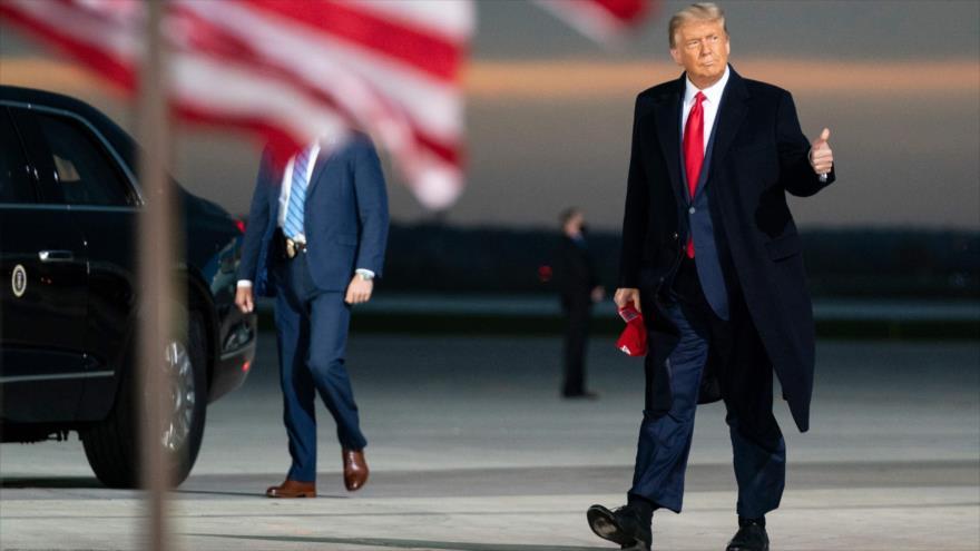 El presidente de EE.UU., Donald Trump, llega a Lowa para un mitin de su campaña electoral, 14 de octubre de 2020. (Foto: AFP)
