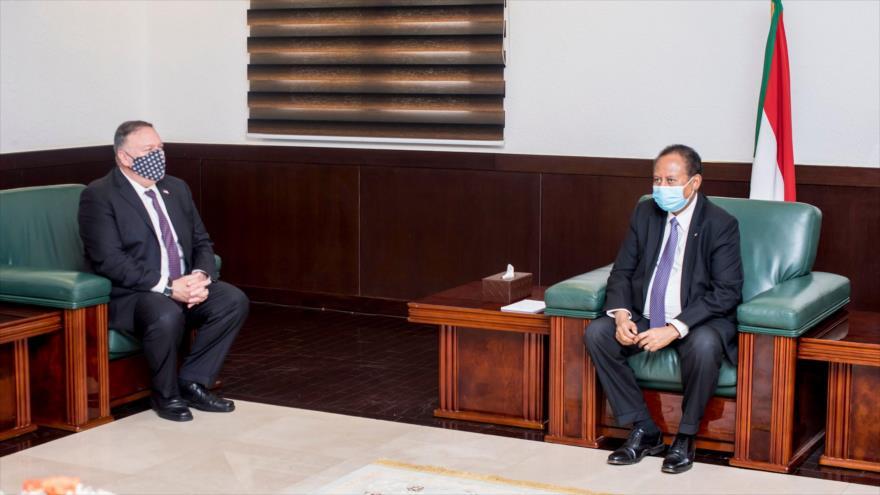 El secretario de Estado de EE.UU., Mike Pompeo (izq.), reuniéndose con el premier sudanés, Abdalá Hamdok, en Jartum, 25 de agosto de 2020. (Foto: AFP)