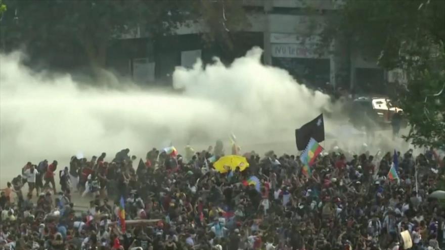 A dos días del plebiscito, carabineros reprimen protesta en Chile