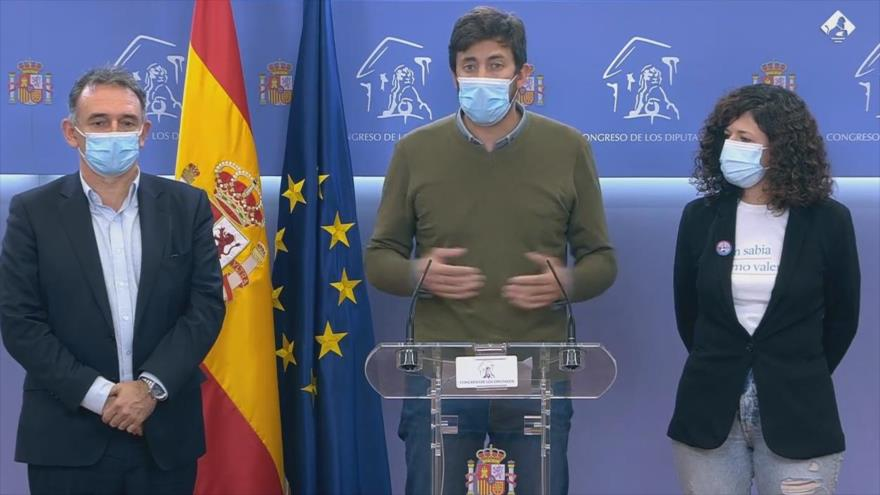 Uno de los diputados de Unidas Podemos, Antón Gómez Reino, ofrece una rueda de prensa en el Congreso de los Diputados de España, 15 de octubre de 2020.