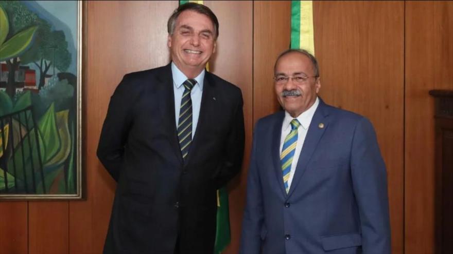 El presidente de Brasil, Jair Bolsonaro, junto con el senador amigo Chico Rodrigues, en su despacho.