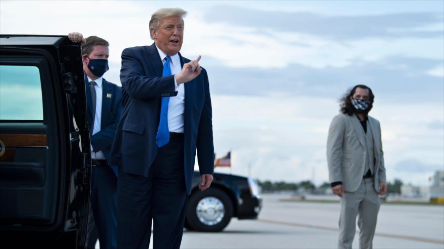 Presidente de EE.UU., Donald Trump (c), habla con la prensa mientras llega al Aeropuerto Internacional de Miami, Florida. 15 de octubre de 2020. (Foto: AFP)