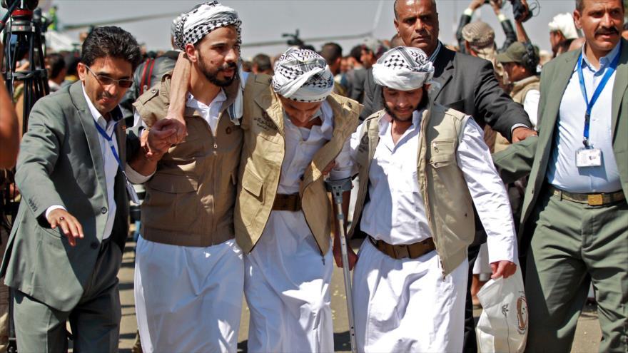 Un prisionero yemení herido y liberado por Riad llega al aeropuerto de Saná (capital de Yemen), 15 de octubre de 2020. (Foto: AFP)