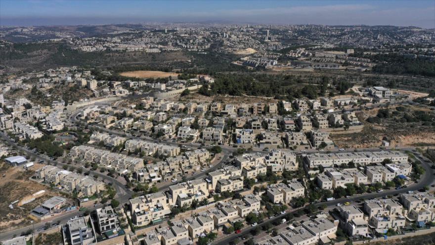 La fachada del asentamiento israelí de Har Gilo, en la Cisjordania ocupada, con la ciudad de Al-Quds (Jerusalén) al fondo, 13 de octubre de 2020. (Foto: AFP)