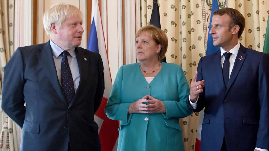 (Desde la izq.) El premier británico, la canciller alemana, el presidente francés, en una cumbre en la ciudad gala de Biarritz, 24 de agosto de 2019. (Foto: AFP)