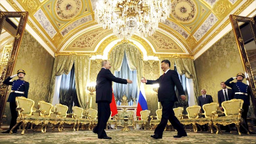 El presidente de Rusia, Vladimir Putin (izda.), recibe a su homólogo chino, Xi Jinping, en Kremlin, Moscú.