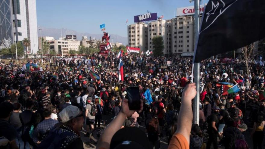 Chilenos copan calles a días del aniversario del estallido social