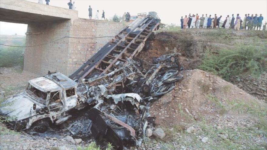 Hombres armados atacan e incendian cuatro vehículos blindados de la OTAN en Paquistán, 16 de octubre de 2020. (Foto: Dawn)