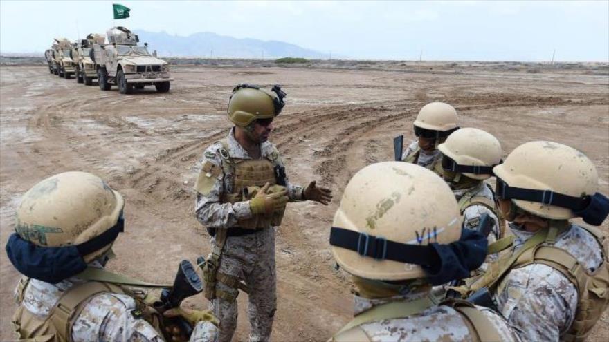 Un alto mando militar saudí habla con un grupo de las fuerzas de agresión a Yemen.