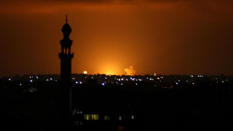 Se eleva humo tras un ataque israelí contra la ciudad de Jan Yunis, en el sur de la Franja de Gaza, 16 de septiembre de 2020. (Foto: AFP)
