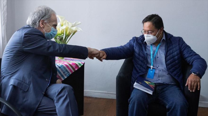 El candidato del MAS a la Presidencia de Bolivia, Luis Arce (dcha.), se reúne con enviado especial de ONU, Jean Arnau, en La Paz, 16 de octubre de 2020.