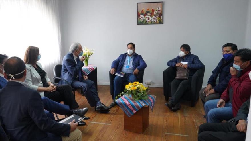 El candidato del MAS a la Presidencia de Bolivia, Luis Arce (c), se reúne con el enviado especial de ONU, Jean Arnau, en La Paz, 16 de octubre de 2020.