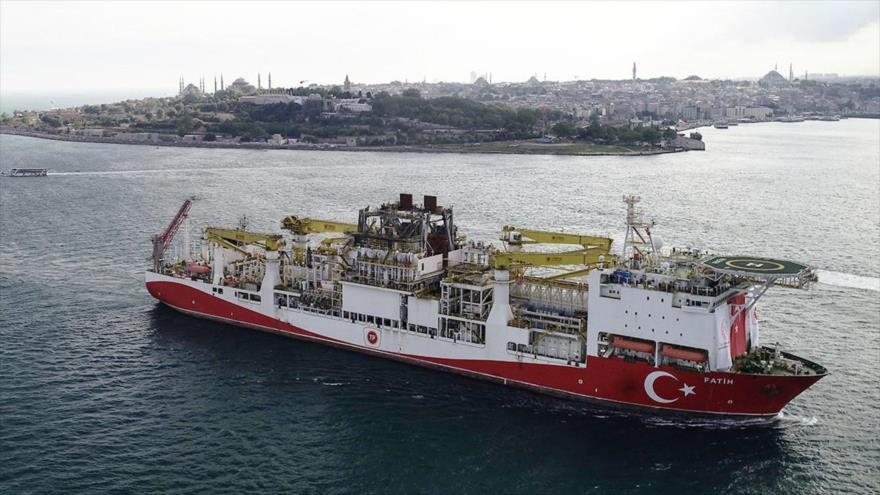 El buque perforador Fatih de Turquía parte de Estambul en dirección al mar Negro, 29 de mayo de 2020. (Foto: Reuters)