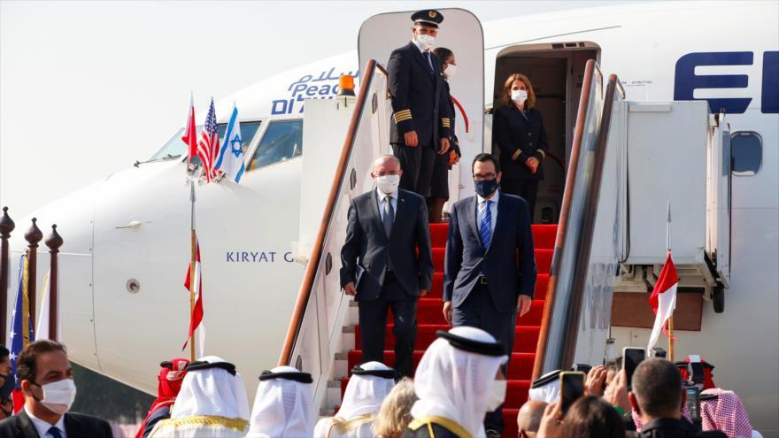 El asesor israelí de seguridad, Meir Ben Shabbat (izq.), y secretario del Tesoro de EE.UU., Steven Mnuchin, llegan a Baréin, 18 de octubre de 2020. (Foto: AFP)