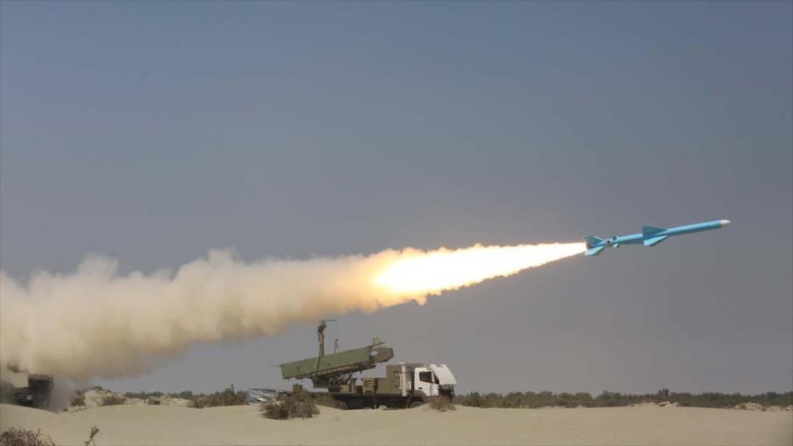 Irán prueba un misil de crucero, denominado Qader, en el segundo día de un ejercicio militar en las costas del Golfo Pérsico, 11 de septiembre de 2020. (Foto: AFP)