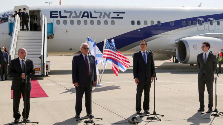 El enviado especial de EE.UU. para Asia Occidental, Avi Berkowitz (dcha.) junto con otras autoridades de EE.UU. e Israel, Tel Aviv, 18 de octubre de 2020. (Foto: AFP)