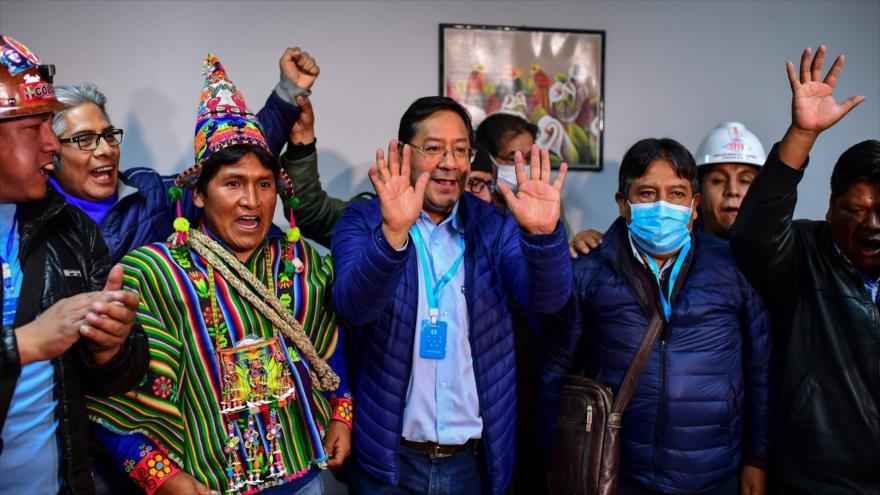 El candidato presidencial de Bolivia Luis Arce (centro) celebra su victoria en las presidenciales, La Paz, 19 de octubre de 2020 (Foto: AFP).