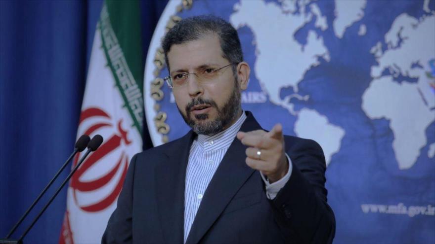 El portavoz del Ministerio de Asuntos Exteriores de Irán, Said Jatibzade, habla en una rueda de prensa en Teherán, la capital.