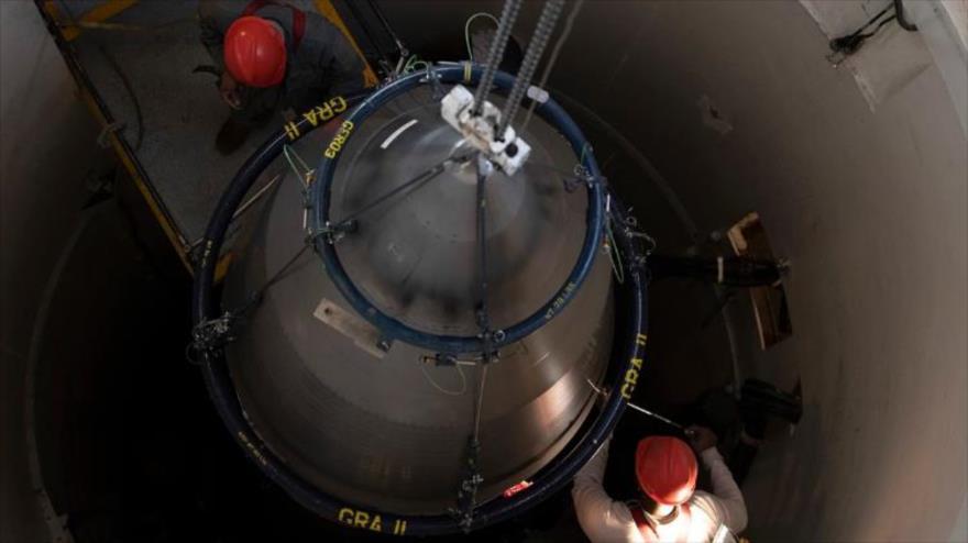 Dos operarios de mantenimiento de ICBM reparan un misil en un complejo militar de EE.UU., el 18 de diciembre de 2019. (Foto: US Air Force)