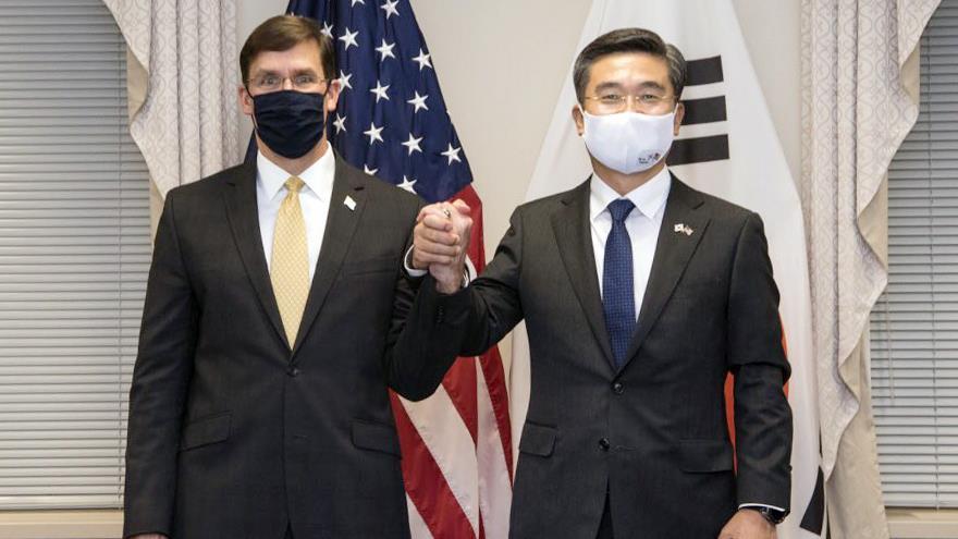 El ministro de Defensa surcoreano, Suh Wook (dcha.), y su par de EE.UU., Mark Esper, en una reunión ministerial anual, 14 de octubre de 2020. (Foto: Yonhap)