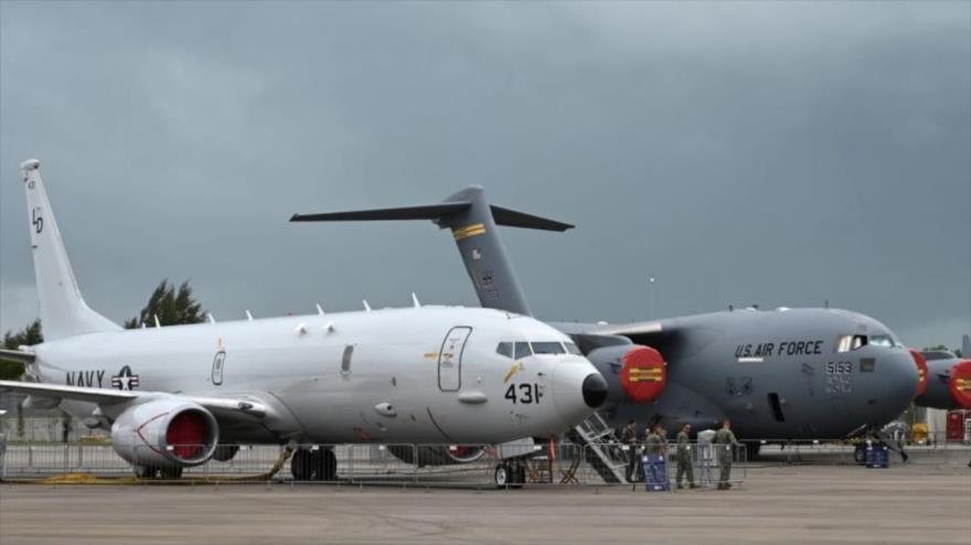 Un avión de vigilancia Poseidón P-8 (izq.) y un Boeing C-17A de la Armada de EE.UU. en una exposición aérea en Singapur, 11 de febrero de 2020.