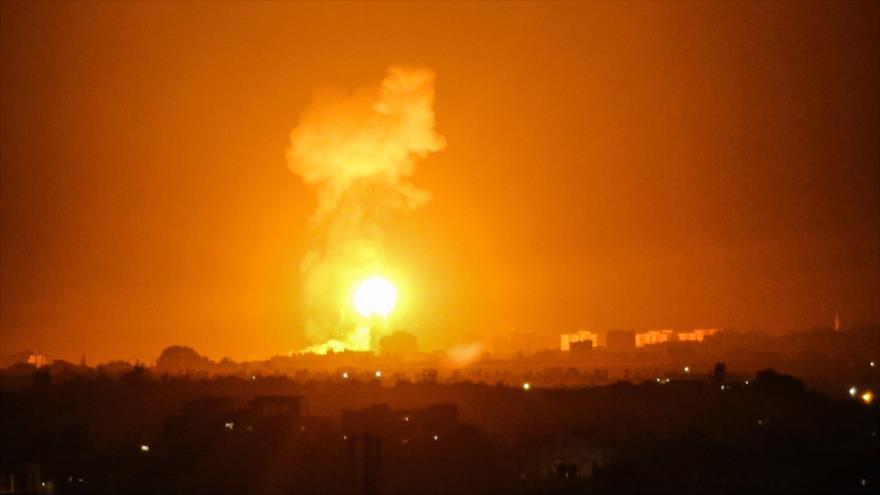 La explosión provocada por un ataque israelí a la ciudad de Jan Yunis, en el sur de la Franja de Gaza, 16 de agosto de 2020. (Foto: AFP)