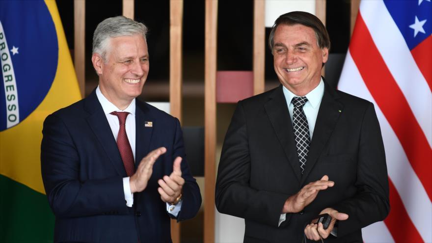 El asesor de Seguridad Nacional de EE.UU., Robert O'Brien (izq.), y el presidente brasileño, Jair Bolsonaro, Brasilia, 20 de octubre de 2020. (Foto: AFP)