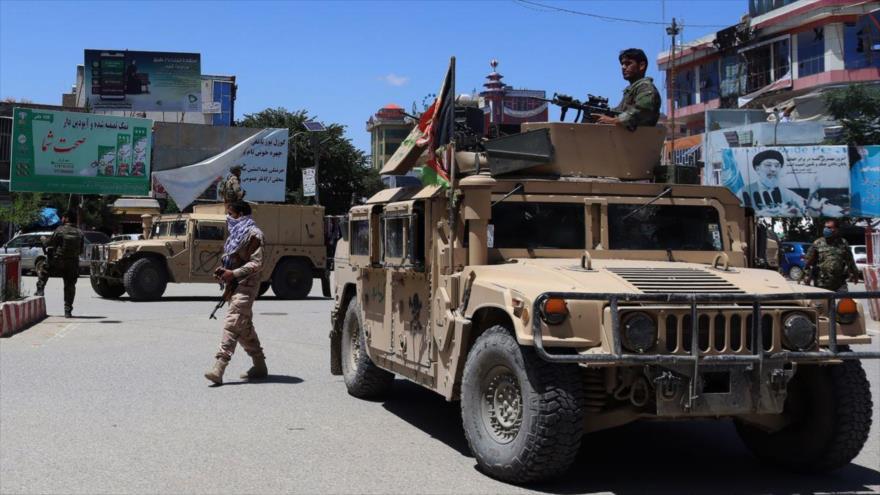 Las fuerzas de seguridad afganas se sientan en un vehículo blindado en medio de los combates en curso con Talibán en Kunduz, 19 de mayo de 2020. (Foto: AFP)
