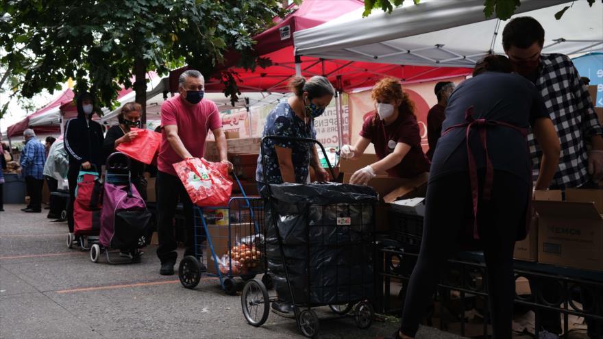 Reparten comida y alimentos entre la gente en un banco de alimentos en Nueva York (EE.UU.), 18 de septiembre de 2020. (Foto: AFP)