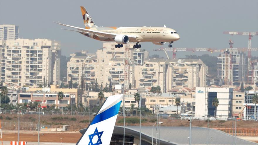 Un avión emiratí llega al aeropuerto Ben Gurion, en Tel Aviv, 20 de octubre de 2020. (Foto: AFP)